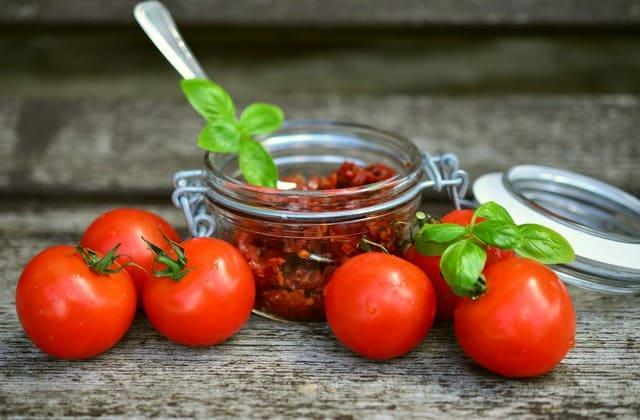 Tomat mengandung vitamin A yang baik untuk menjaga kesehatan mata. Karena itu kamu wajib mengonsumsinya