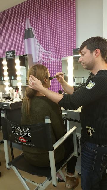 Eddy Martin en pleine séance à la Make Up Forever Academy à Paris
