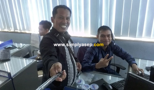 PENGGANTI  : Bersama Ary, web Operator Portal Pontianak Post.  Ary inilah yang menggantikan saya saat saya resign.  Foto Asep Haryono