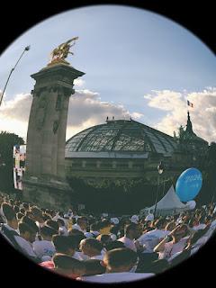 la foule sur le pont Alexandre III pour Paris 2024