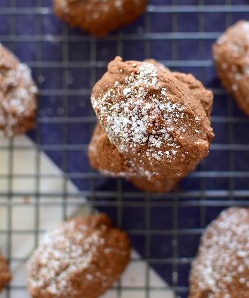 Receta para preparar galletas caseras con cacao en polvo, un toque de café y esencia del almendras, se hornean por sólo 10 minutos!