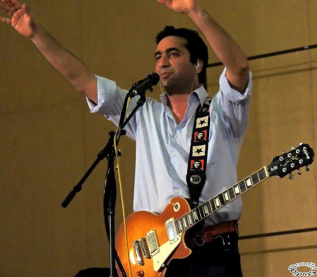 gitar çalan adam