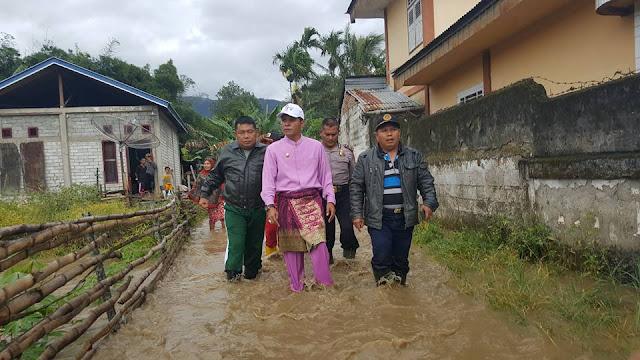 Masih Berbaju Koko, Wabup Kunjungi Korban Banjir Depati VII