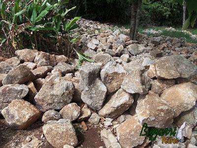 Pedra moledo, nesse tom acinzentado, para construção de castelo de pedra.
