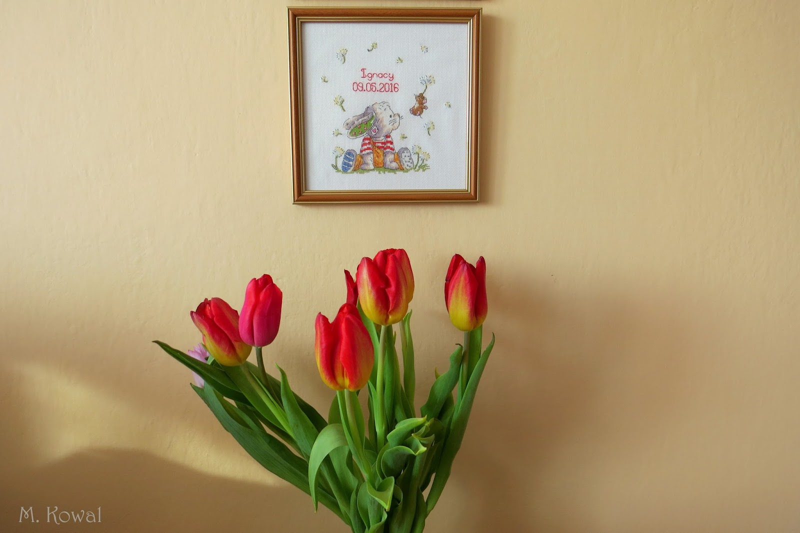 bukiet tulipanów i haftowana metryczka dla dziecka