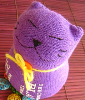 http://translate.googleusercontent.com/translate_c?depth=1&hl=es&rurl=translate.google.es&sl=auto&tl=es&u=http://www.craftpassion.com/2010/09/sewing-sock-kitty-tutorial-guest-tutor.html&usg=ALkJrhhFH9QPmGJyPD8PrAjH8rFkSdxdiw