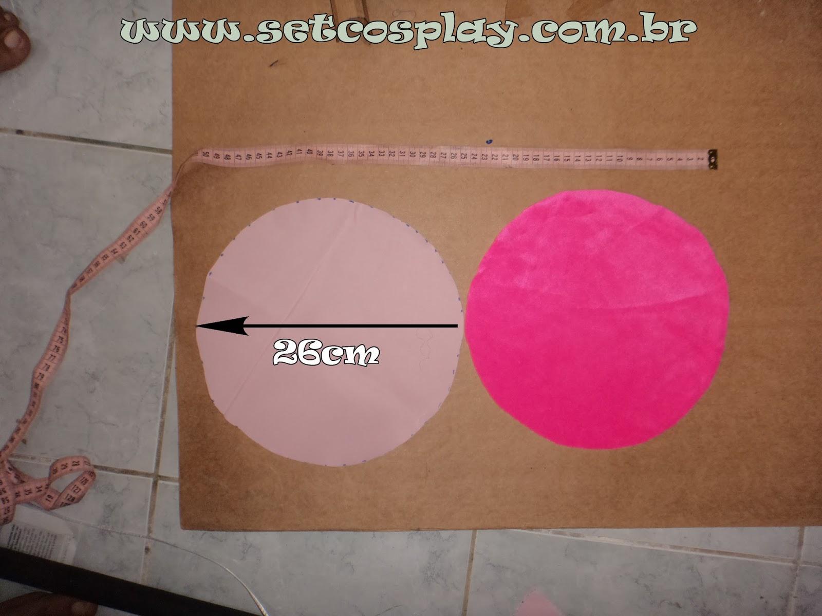 1º Passo  Recorte um circulo da pelúcia e do tecido do forro (para isso  vale utilizar a tampa da panela da mãe) com diâmetro de 26 cm 385f62c453c