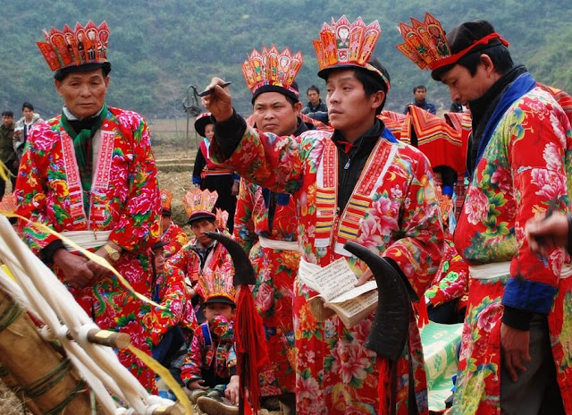 Vào tháng 11, 12 hay tháng Giêng, người Dao lại tiến hành làm lễ cấp Sắc (hay còn gọi là lễ Lập tịch). Đây là một trong những lễ hội lớn nhất của người Dao dành cho nam giới nên bạn nên thu xếp thời gian để đến với Hà Giang vào thời điểm này.