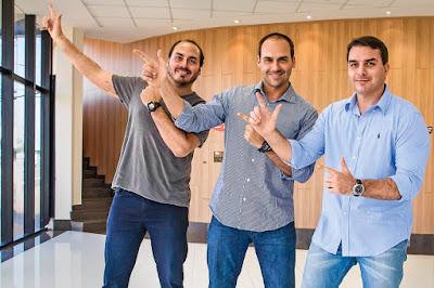 Irmãos Bolsonaro fazendo arminha
