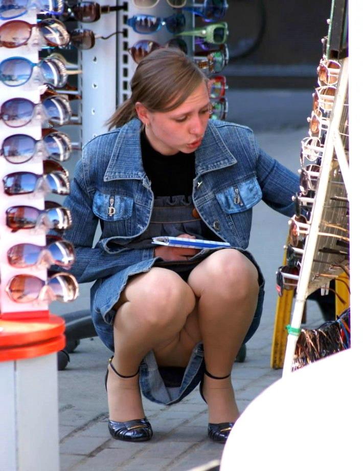 сидячий апскирт девушки фото засветила трусы сидя шикнула него обратно