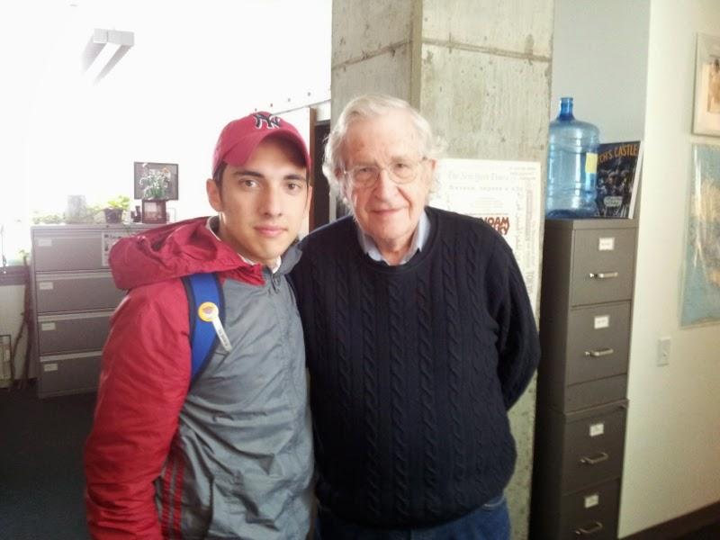 Daniel Afanador con Noam Chomsky en el MIT en Boston en 2012.