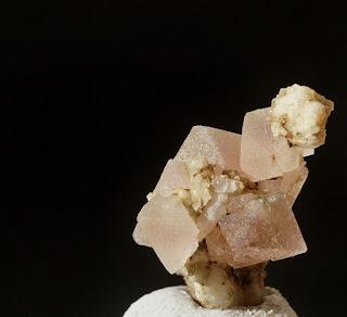 fluorine rose du Mont-Blanc, cristal trouvé par un cristallier