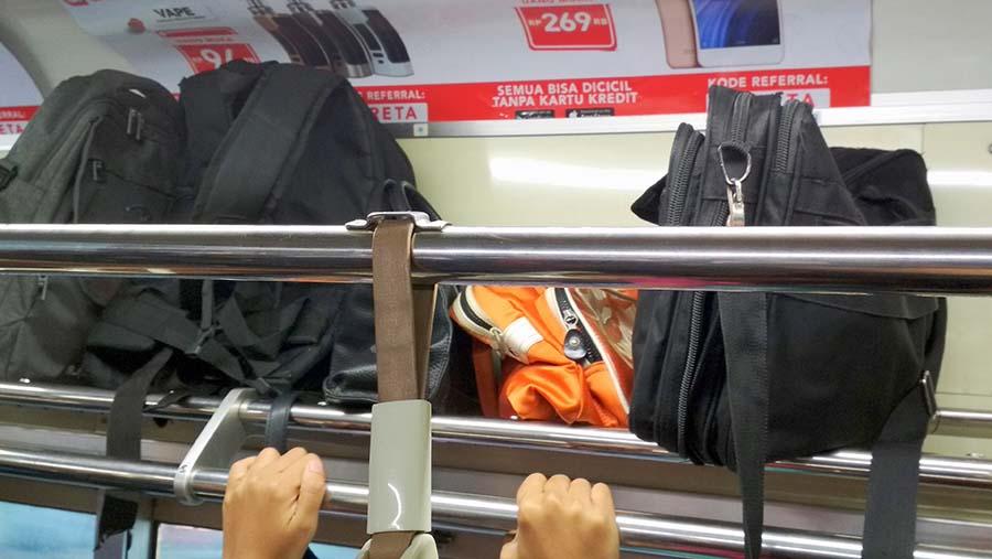 Tips Cara Agar Barang Bawaan Aman Saat Naik Kereta Api KRL Commuter Line | Budioso Blog