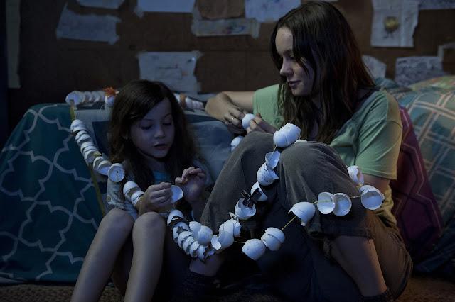 der cineast Raum Joy und Jack basteln eine Girlande aus Eierschalen