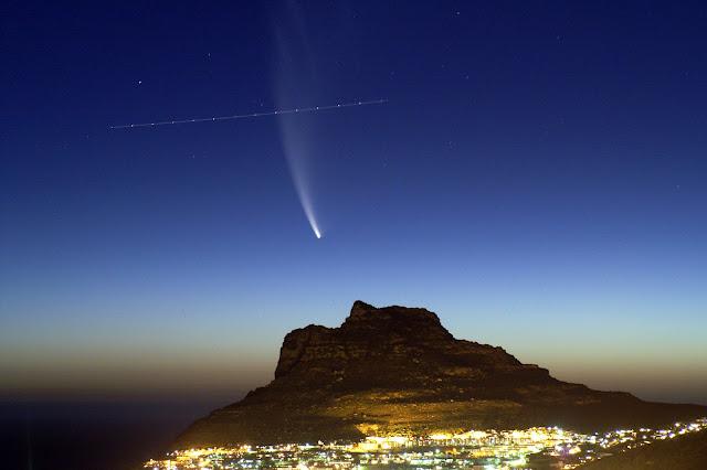 Một chiếc máy bay đang bay ngang qua phía trước sao chổi McNaught trên bầu trời Vịnh Hout, nước Nam Phi. Hình ảnh: Richard Ball.