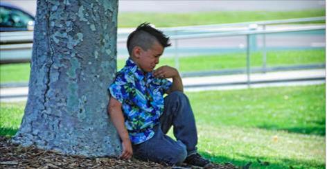 Ce petit garçon offre le parfum de sa mère morte à sa professeure. Ce qu'elle fait ensuite va changer sa vie pour toujours!