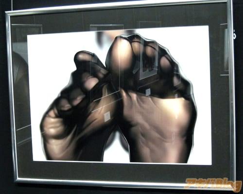 Mangaká Yomu faz exposição focada em meias-calças