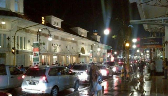 Jika anda mengunjungi kota Bandung jangan lupa mampir ke alun Wisata Jalan Asia Afrika Bandung