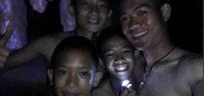 Doze crianças e o técnico de futebol são retirados de caverna na Tailândia