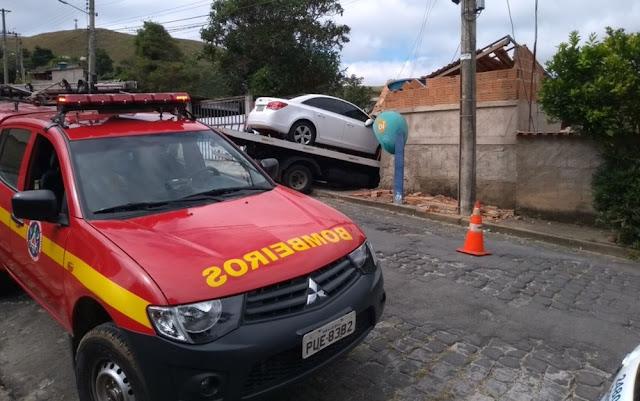 Caminhão guincho desgovernador invade casa em Poços de Caldas (Foto: Corpo de Bombeiros)