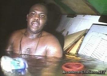 Hombre sobrevive en el fondo del mar