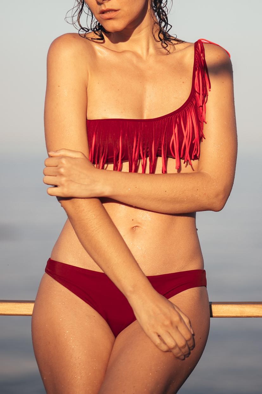 купальник с бахромой и шлейка через одно плече