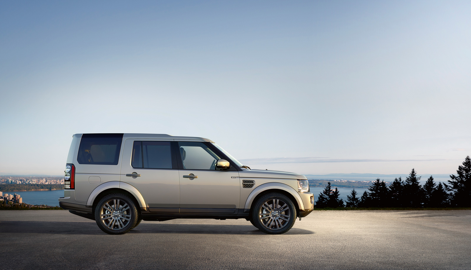 land rover recalls discovery 4 over glass roof flying off risk. Black Bedroom Furniture Sets. Home Design Ideas