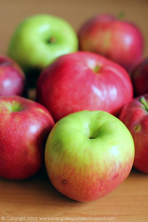 jabłka w cieście biszkoptowym nadziewane orzechami
