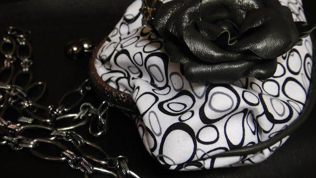 Черно-белая сумочка на цепочке для романтичного выхода