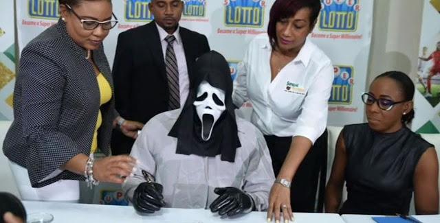 Έπιασε το Λόττο και παρέλαβε τα κέρδη με μάσκα Scream (video)