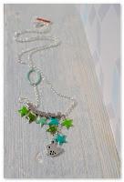 collier étoilé vert et oiseau