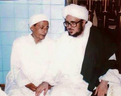 Suatu ketika di salah satu Rihlanya Abuya as Sayyid Muhammad bin Alawi  al Karomah 2 Waliyullah Habib Luthfi bin Yahya dan Sayyid Muhammad bin Alawi al Maliki