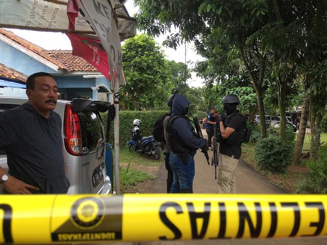 Polisi berjaga di sekitar lokasi