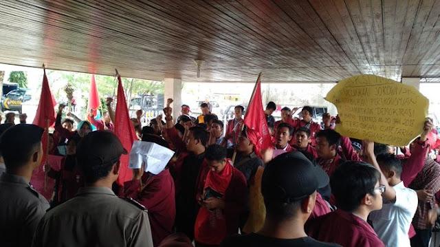 Demo Gedung DPRD Padangsidimpuan, Mahasiswa Muhammadiyah Tuntut Jokowi Mundur