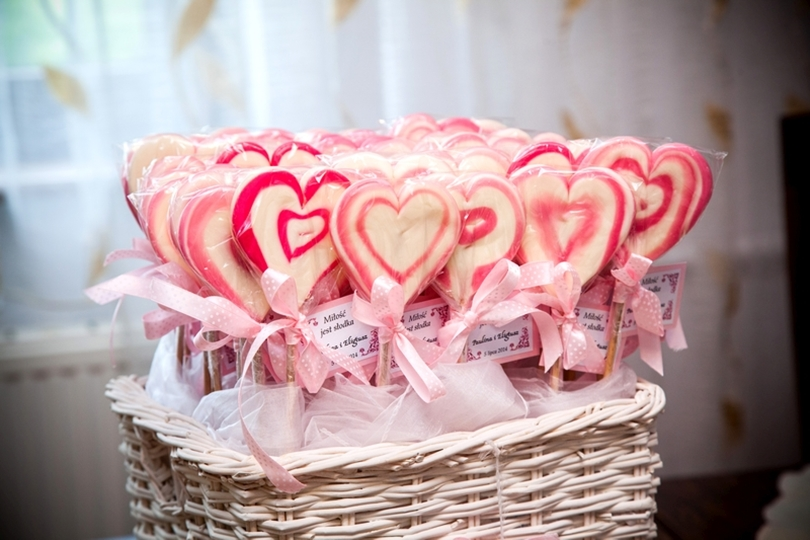 podziękowania dla gości, podarunki, ślub, wesele, wedding, lizaki, podziękowania, prezenty, krówki, miód, pierniki, inspiracje ślubne,