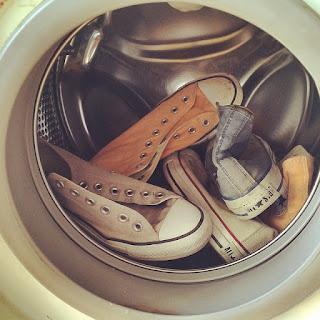 cara mencuci sepatu