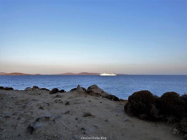 biały czteromasztowy jacht na greckim morzu, Mykonos Grecja