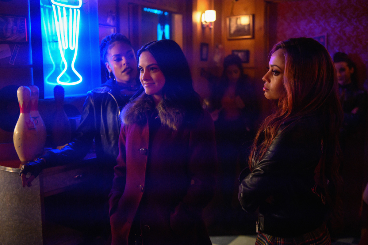 Vanessa Morgan, Bernadette Beck, and Camila Mendes en Riverdale