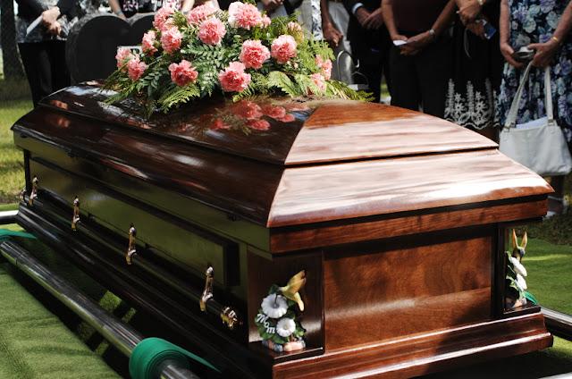 """Resultado de imagem para Homem é enterrado com US$ 55 mil para agradar a Deus no """"julgamento final"""""""
