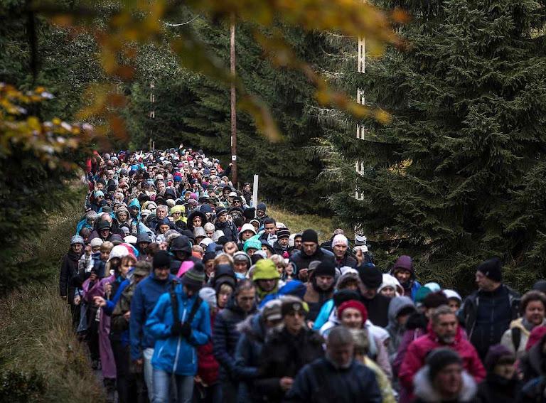 Católicos rezando o terço pedindo que Nossa Senhora afaste a invasão do Islã, da Rússia e a decadência dos costumes
