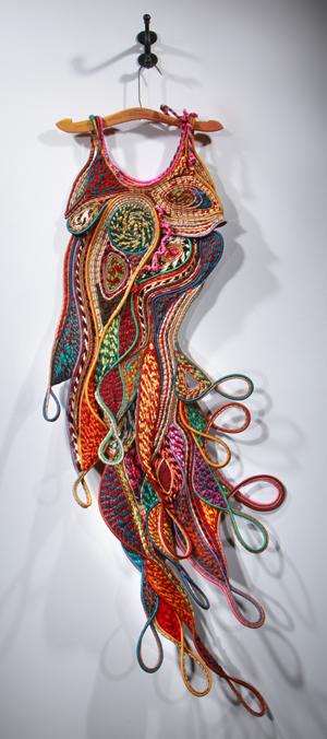 rzeźby ze skręcanej i zwijanej wełny