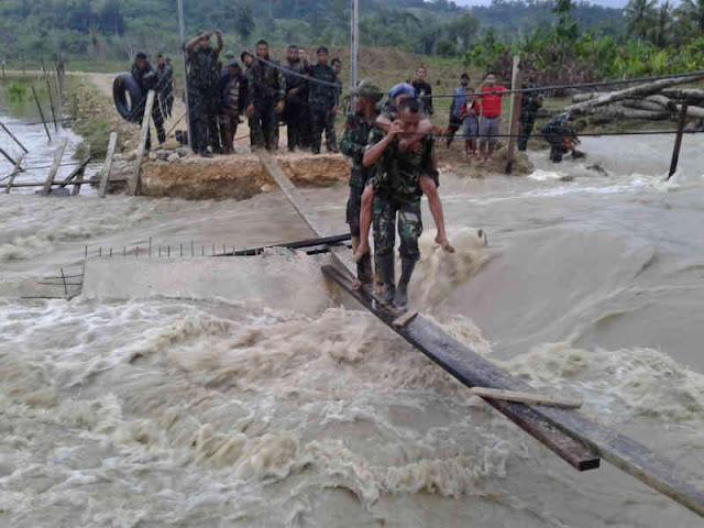 Prajurit Yonif 751 Selamatkan Sepasang Lansia Terkepung Banjir di Muara Tami