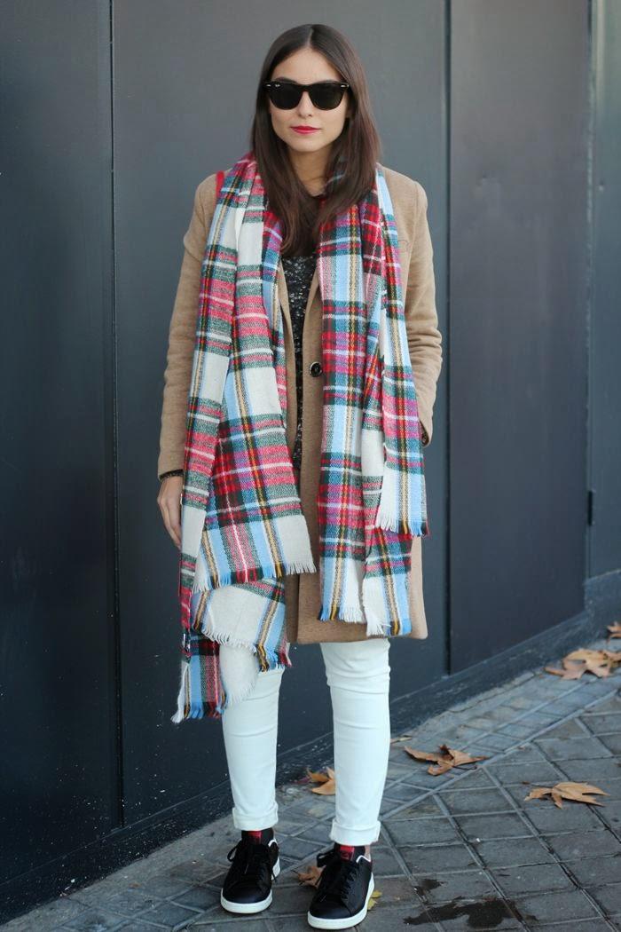 Bufanda-manta llevada alrededor al cuello sin ninguna vuelta