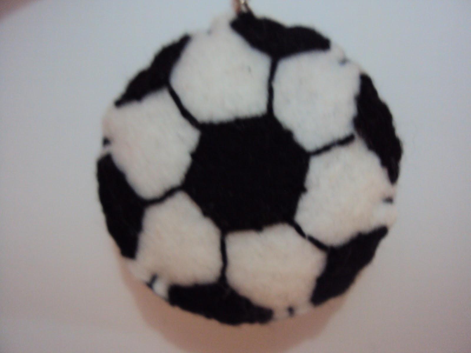 By Vânia Andrade  Chaveiro bola de futebol b1a16279d3352