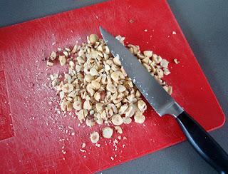 Avellanas peladas y picadas para añadir al pan