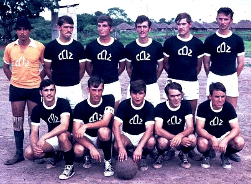 Guiné   Zona Leste   Sector L1   Bambadinca   CCAÇ 12 (1969 71)   A equipa  de futebol de onze... Da esquerda para a direita  primeira fila  47254efd19eec