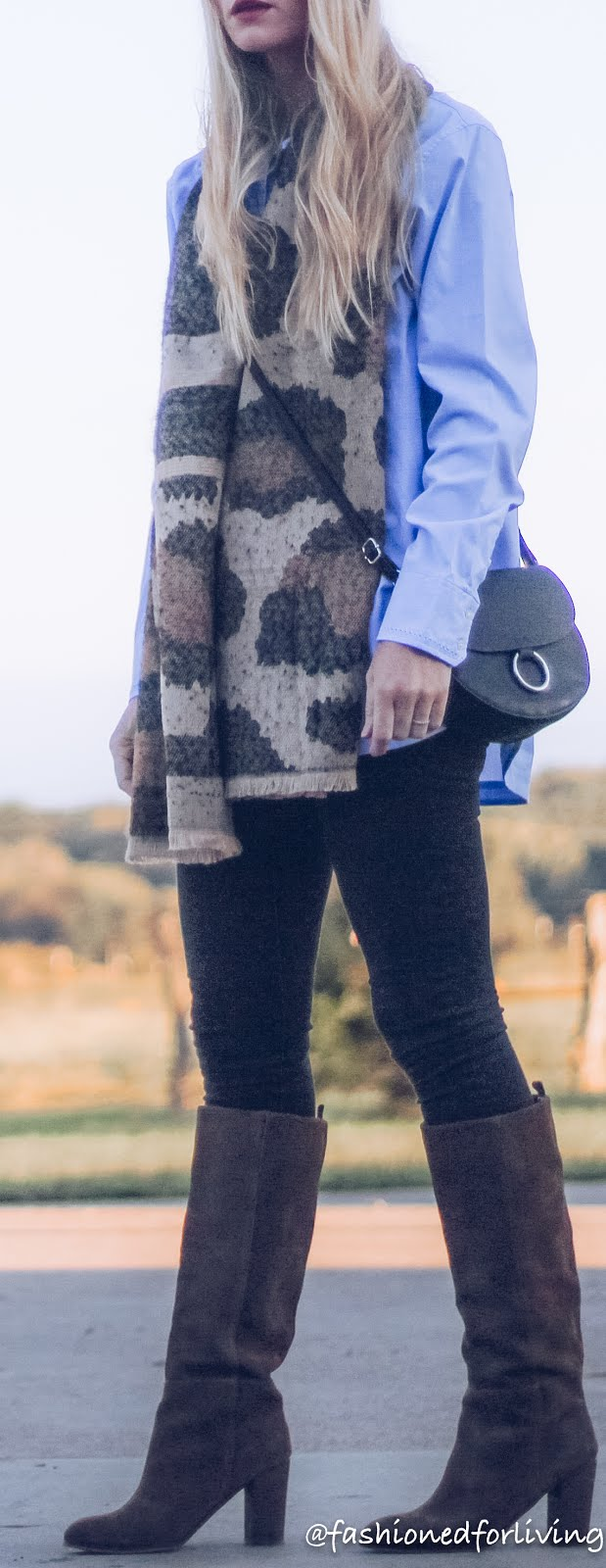 easy fall outfit with black skinny jeans, tunic shirt, suede boots and leopard scarf