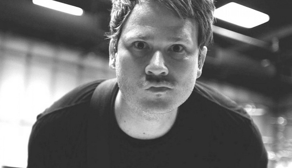 Tom DeLonge playing blink-182's song in 2016, explains Enema Of The State