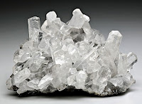 Bir kayaç üzerindeki kalsit minerali kristalleri