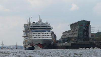 Aida Luna am Cruise Center Hamburg Altona  und im Hintergrund das Dockland